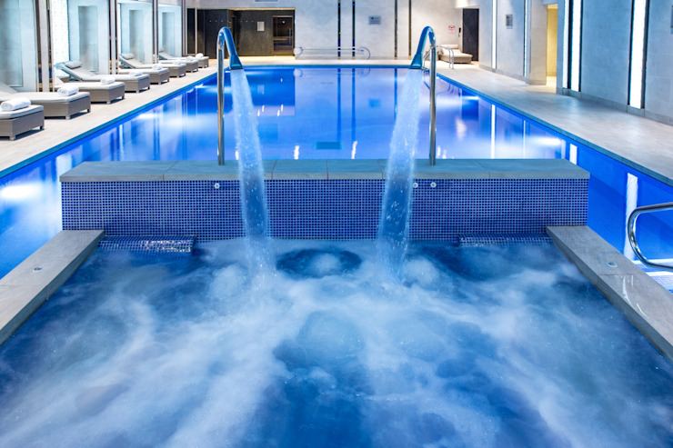 Award Winning Pool and Spa at InterContinental London - The 02 Hôtels modernes par London Swimming Pool Company Moderne Béton