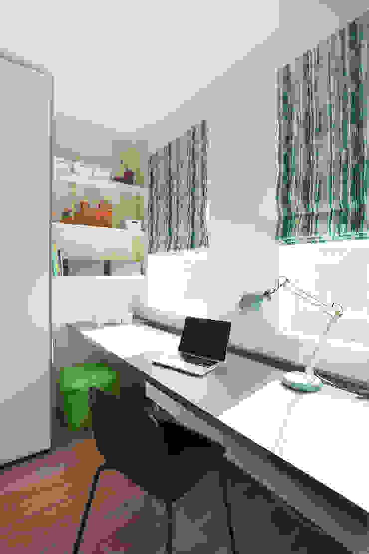 Jongenskamer met op maat gemaakte kast en bureau van Stefania Rastellino interior design Modern