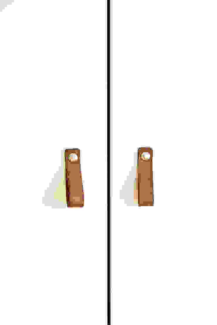 Leren handgrepen voor kast op maat: modern  door Stefania Rastellino interior design, Modern