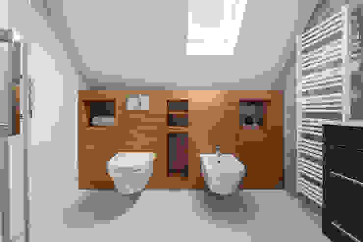 Badkamer op zolder met houten ombouw en kastruimte Moderne badkamers van Stefania Rastellino interior design Modern