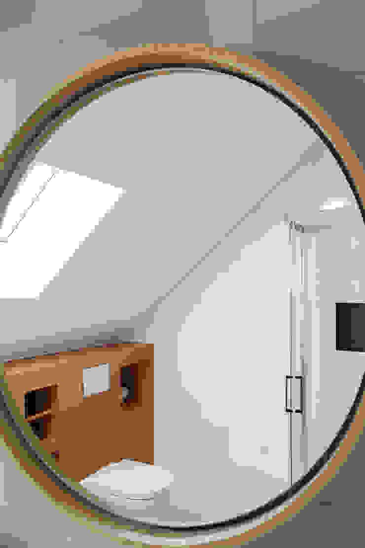 ronde spiegel voor badkamer op zolder met houten details Moderne badkamers van Stefania Rastellino interior design Modern