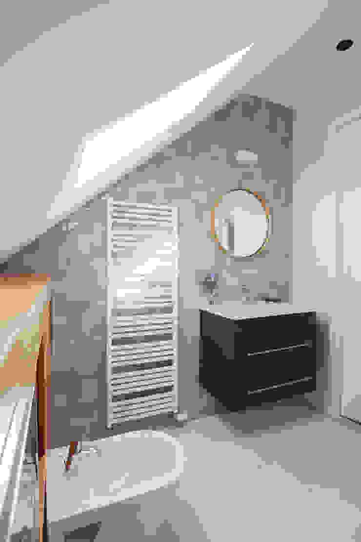 Badkamer op zolder, speelse tegelwand van Mosa Moderne badkamers van Stefania Rastellino interior design Modern