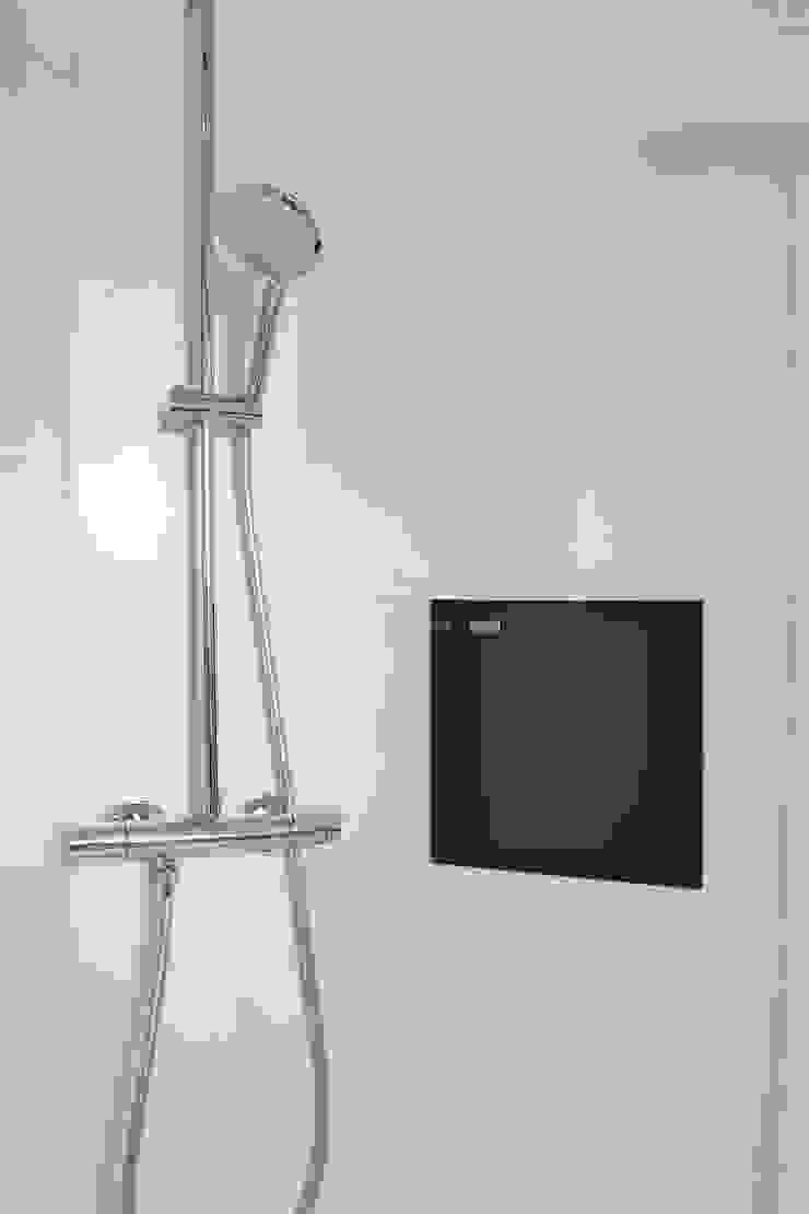 Douche met Villeroy & Boch tegels (Spotlight serie) en RVS niche van Looox Moderne badkamers van Stefania Rastellino interior design Modern