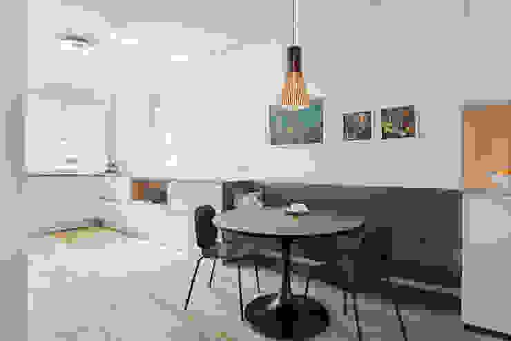 leefkeuken met zwevend bankje en ronde eettafel Moderne keukens van Stefania Rastellino interior design Modern