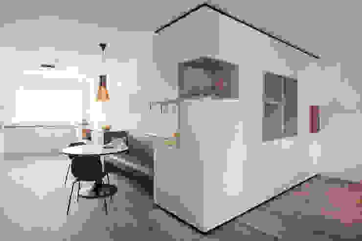hoekkast op maat en zwevend bankje Moderne eetkamers van Stefania Rastellino interior design Modern
