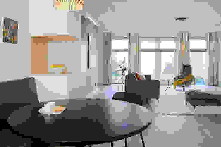Woonkamer, leefkeuken en hoekkast op maat Moderne woonkamers van Stefania Rastellino interior design Modern