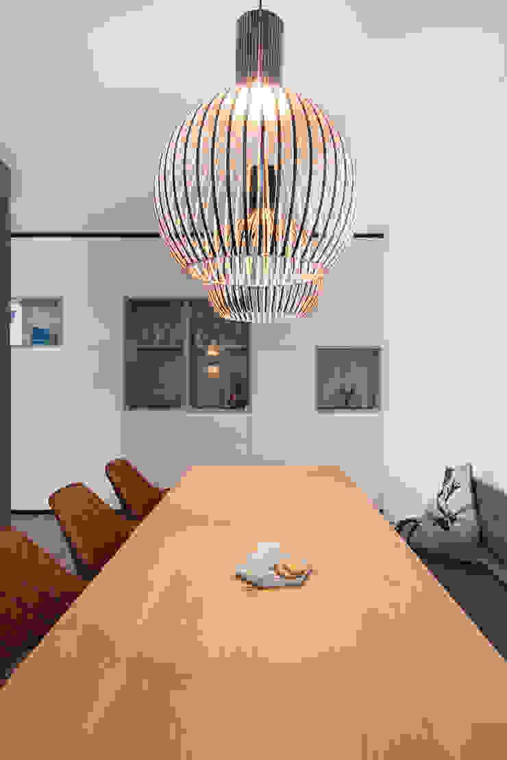 kast op maat met vitrine Moderne eetkamers van Stefania Rastellino interior design Modern