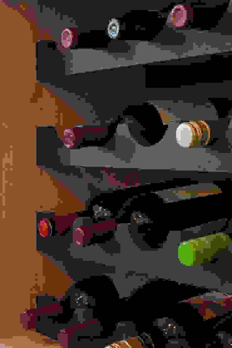 detail van de wijnrek Moderne eetkamers van Stefania Rastellino interior design Modern