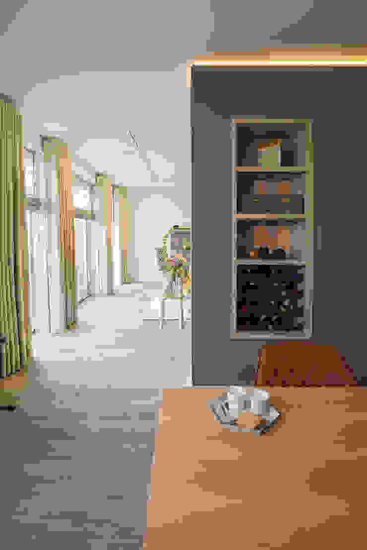 kast op maat in de scheidingswand Moderne eetkamers van Stefania Rastellino interior design Modern