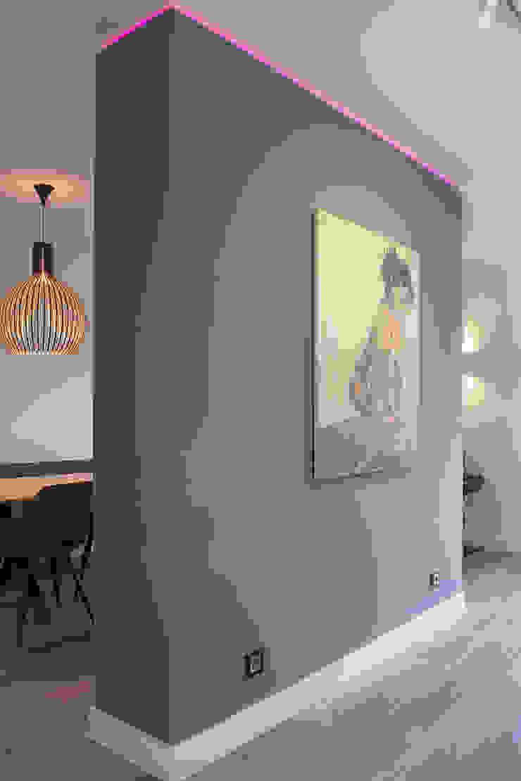 scheidingswand met muurkunst Moderne woonkamers van Stefania Rastellino interior design Modern