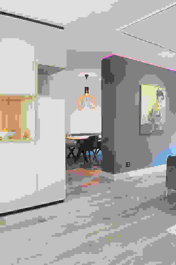 scheidingswand en hoekkast Moderne woonkamers van Stefania Rastellino interior design Modern