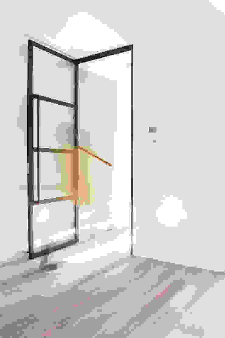 stalen deur tussen woonkamer en hal Moderne woonkamers van Stefania Rastellino interior design Modern