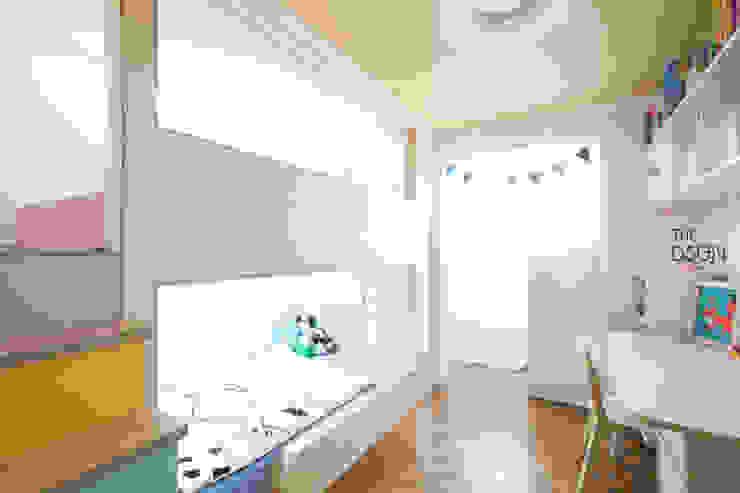 두 아이를 위한 침실: 더디자인 the dsgn의  어린이용 침실