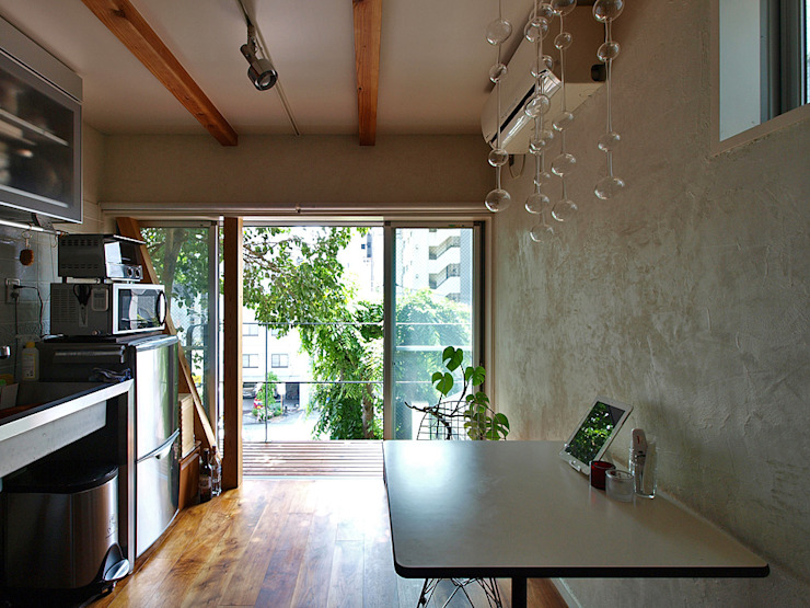 一人暮らし~1階ダイニングキッチン インダストリアルデザインの ダイニング の 志田建築設計事務所 インダストリアル 木 木目調