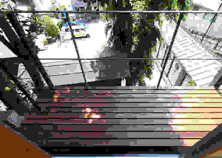 崖に面したウッドデッキ インダストリアルデザインの テラス の 志田建築設計事務所 インダストリアル 木 木目調