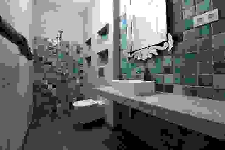 Casa de banho em microcimento e azulejo feito à mão. Casas de banho mediterrânicas por Atelier Ana Leonor Rocha Mediterrânico
