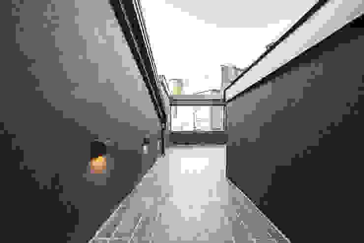 Modern balcony, veranda & terrace by AAPA건축사사무소 Modern