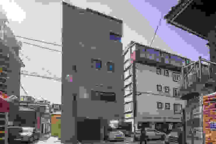 Casas multifamiliares de estilo  por AAPA건축사사무소