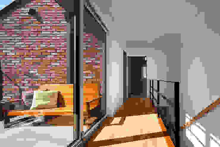 Couloir et hall d'entrée de style  par (주)하우스스타일