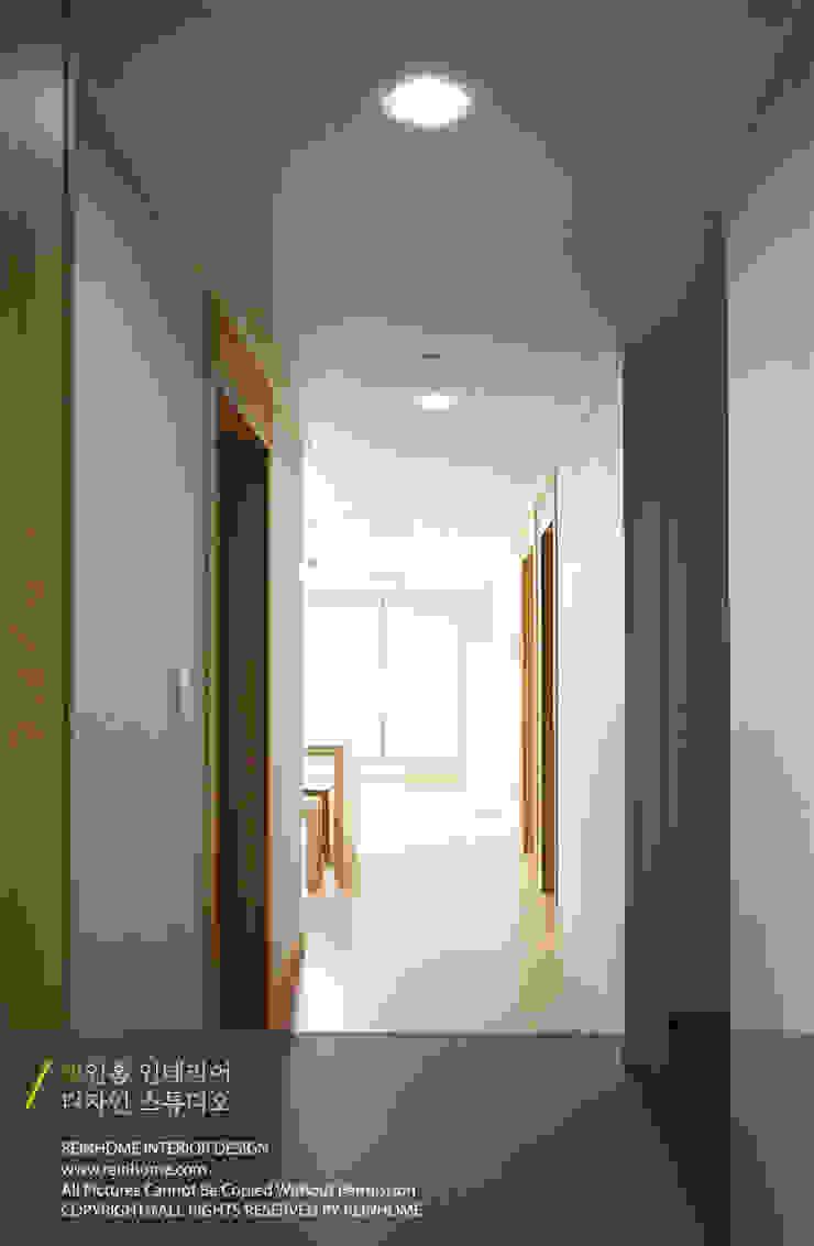 Koridor & Tangga Modern Oleh 리인홈인테리어디자인스튜디오 Modern