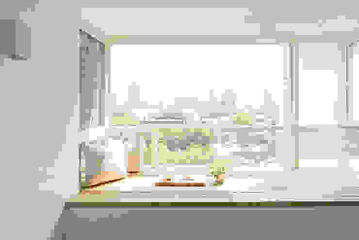 Minimalistyczny balkon, taras i weranda od 文儀室內裝修設計有限公司 Minimalistyczny