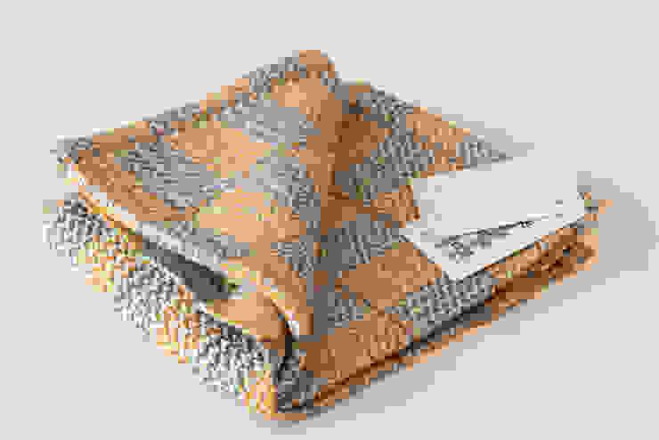Handwoven towel Eksjo: modern  door ilsephilips, Modern