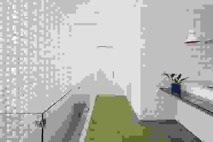 Modern Corridor, Hallway and Staircase by Aresto Arquitetura Modern