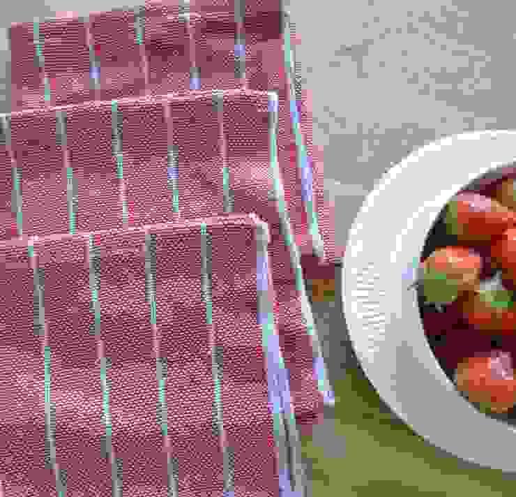 Handwoven towel Luva: modern  door ilsephilips, Modern