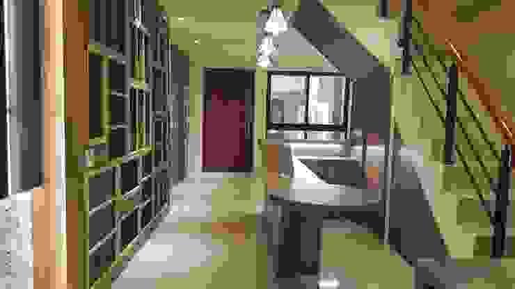 Modern Corridor, Hallway and Staircase by 懷謙建設有限公司 Modern