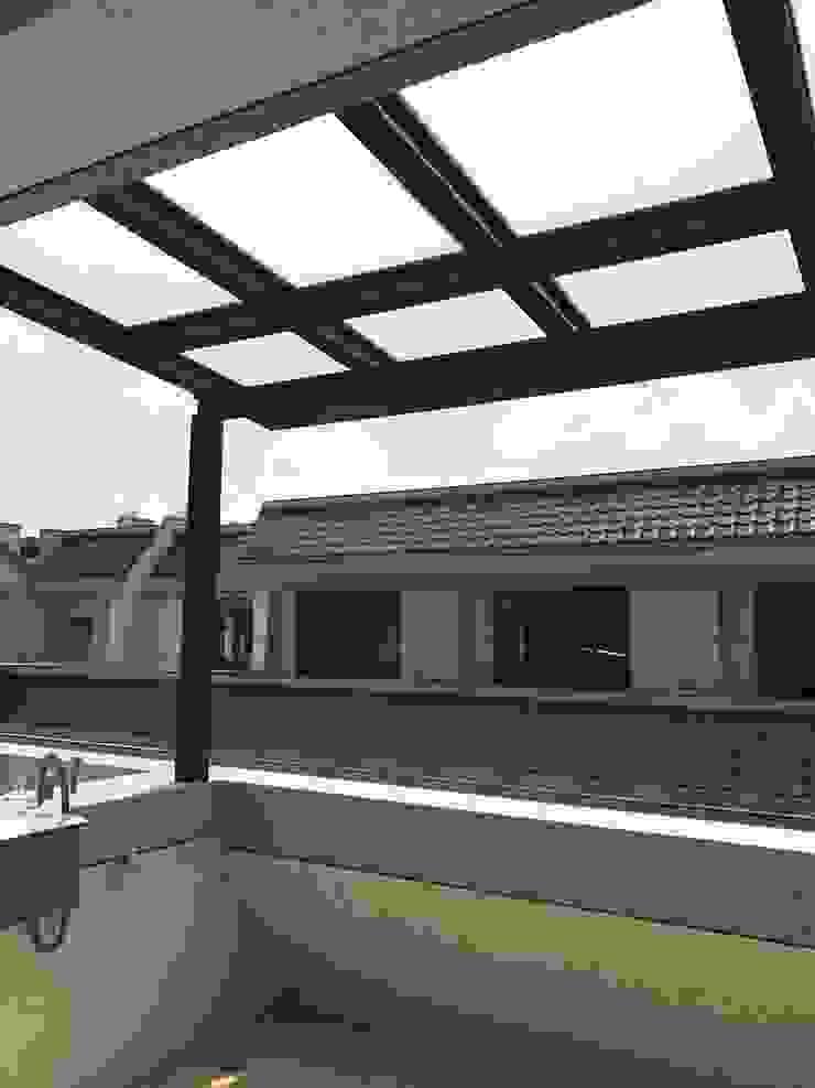 Modern terrace by 懷謙建設有限公司 Modern
