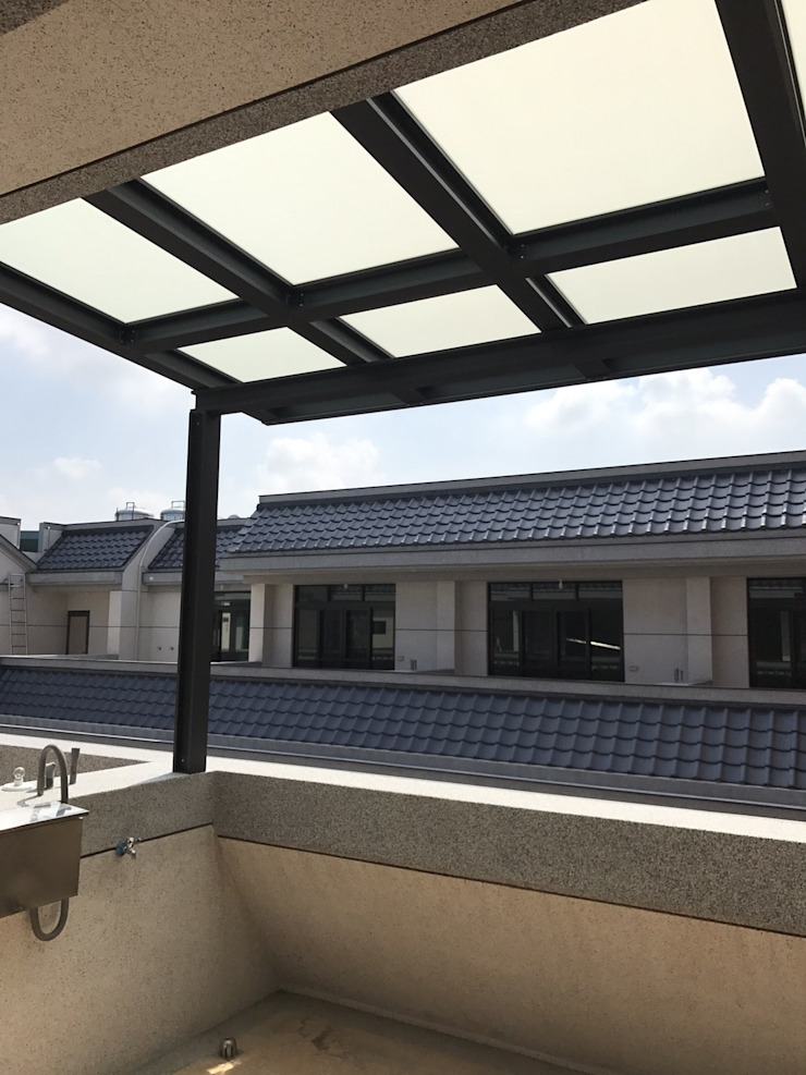 Moderner Balkon, Veranda & Terrasse von 懷謙建設有限公司 Modern