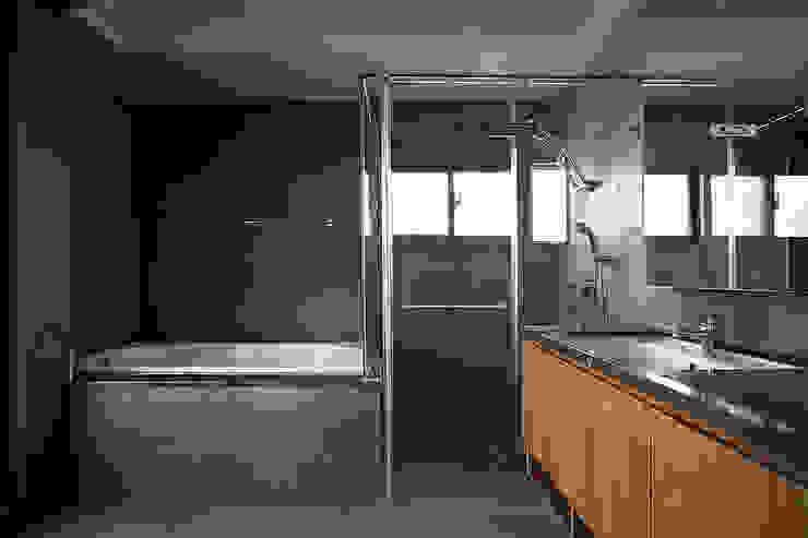 建築與詩小檔 現代浴室設計點子、靈感&圖片 根據 台中室內設計-築采設計 現代風