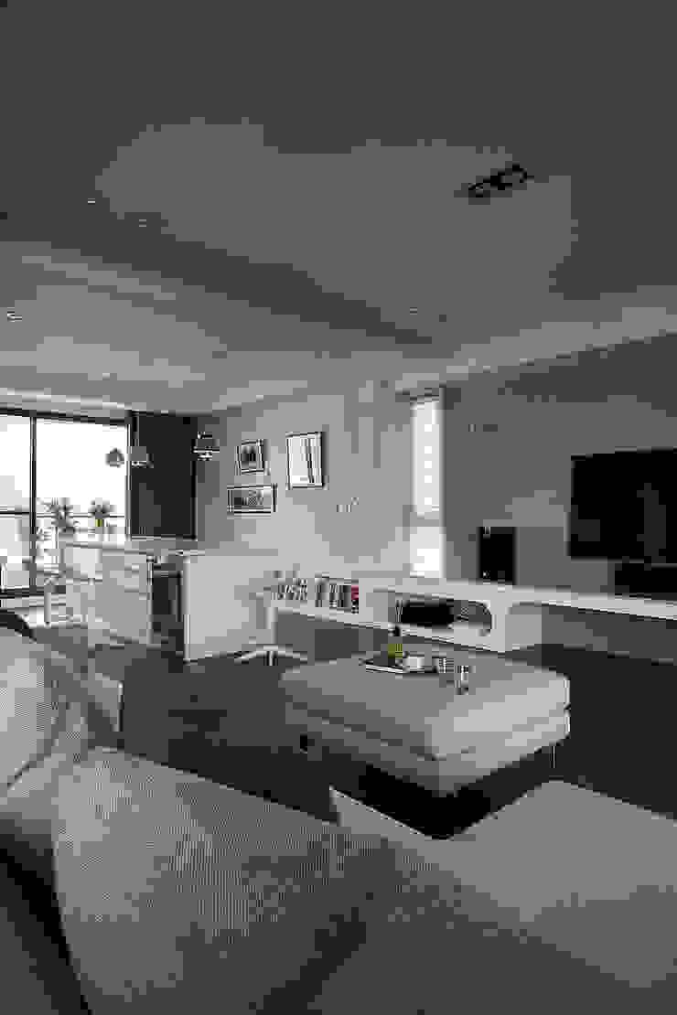 建築與詩小檔 现代客厅設計點子、靈感 & 圖片 根據 台中室內設計-築采設計 現代風