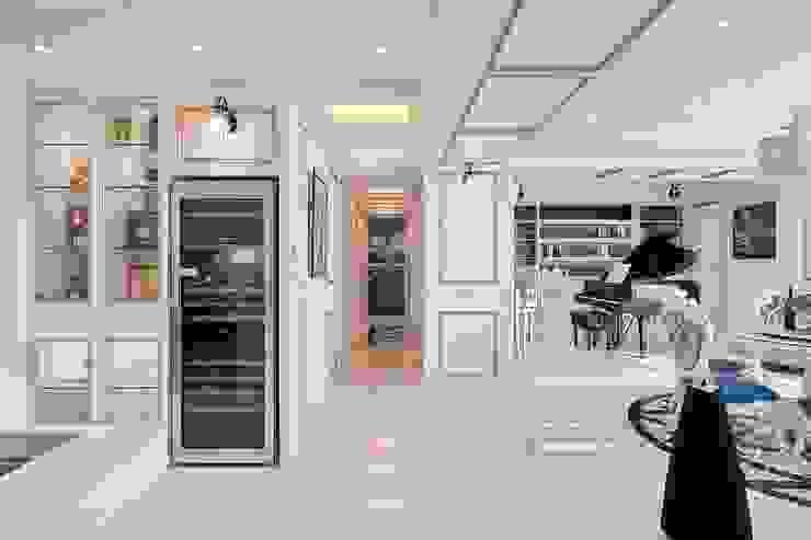 夢想的開端 暢遊在藍海中 經典風格的走廊,走廊和樓梯 根據 趙玲室內設計 古典風