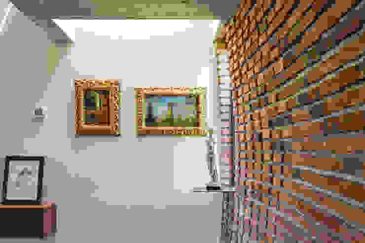 Casa RG - Ingreso Paredes y pisos de estilo moderno de SPAU [Servicios Profesionales de Arquitectura y Urbanismo S.C.] Moderno Ladrillos
