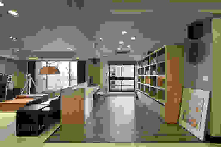 惠宇天青簡醫師 現代廚房設計點子、靈感&圖片 根據 台中室內設計-築采設計 現代風