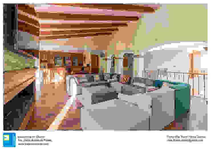 Sala multimedia en planta alta Salas multimedia clásicas de René Flores Photography Clásico
