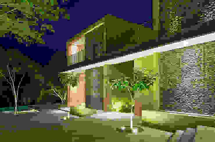 Casa Mesa de Yeguas X-13: Conjunto residencial de estilo  por NOAH Proyectos SAS, Minimalista Concreto