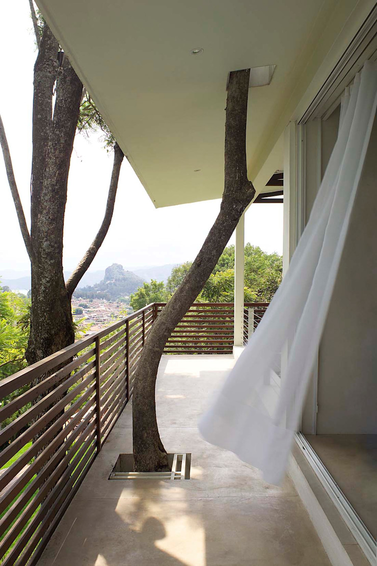 Mayúscula Arquitectos Modern balcony, veranda & terrace