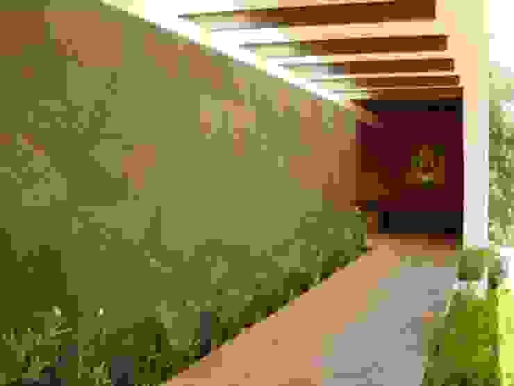 Mayúscula Arquitectos Modern corridor, hallway & stairs Stone Red