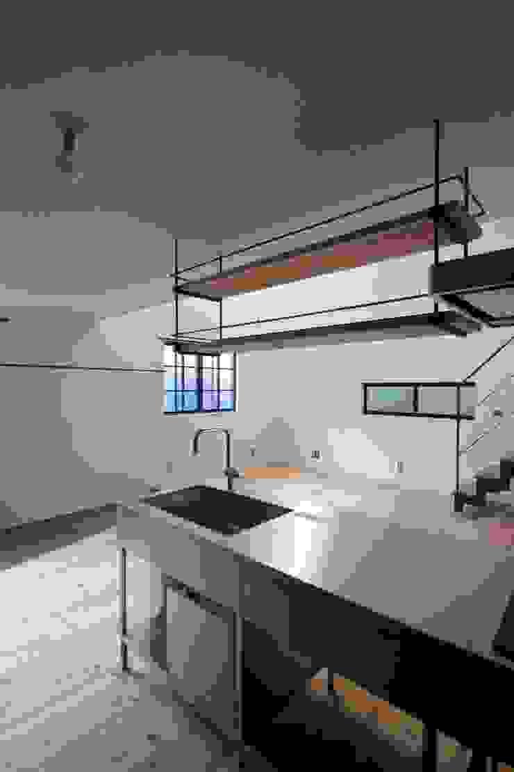Cuisine minimaliste par 一級建築士事務所 Coo Planning Minimaliste Bois massif Multicolore