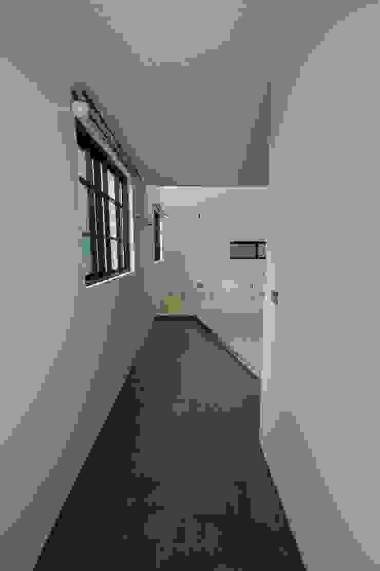 Couloir, entrée, escaliers minimalistes par 一級建築士事務所 Coo Planning Minimaliste Bois massif Multicolore