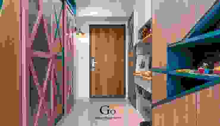 Couloir, entrée, escaliers minimalistes par 勁懷設計 Minimaliste Bois composite