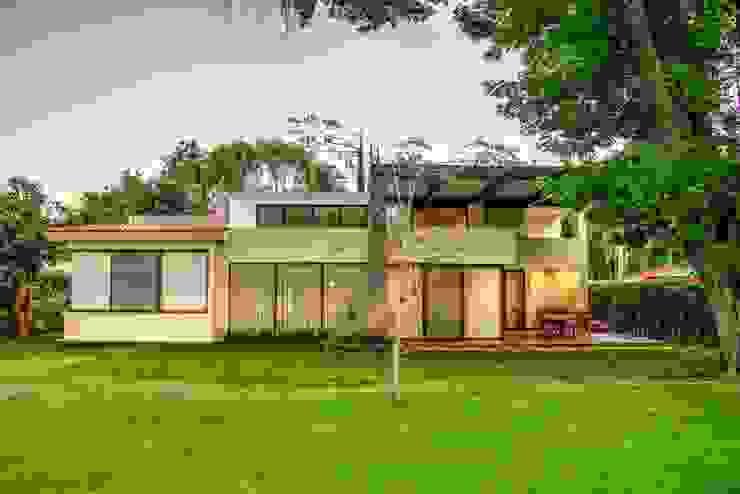 Jardines delanteros de estilo  de Stuen Arquitectos