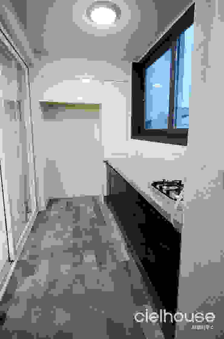 밝고 환하게 바뀐 40평대 아파트 인테리어 모던스타일 발코니, 베란다 & 테라스 by 씨엘하우스 모던