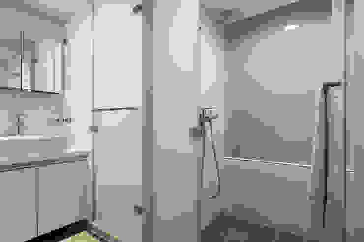 透。劇 分享小品 現代浴室設計點子、靈感&圖片 根據 文儀室內裝修設計有限公司 現代風