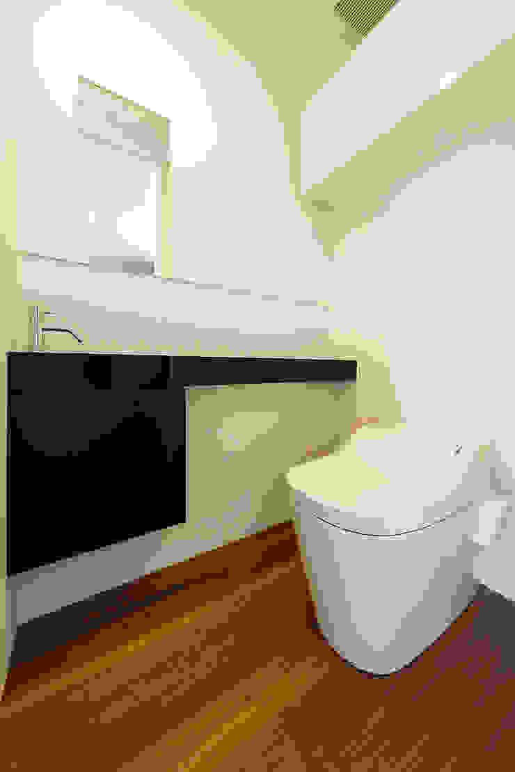 一級建築士事務所haus Pasillos, vestíbulos y escaleras de estilo moderno Madera Blanco