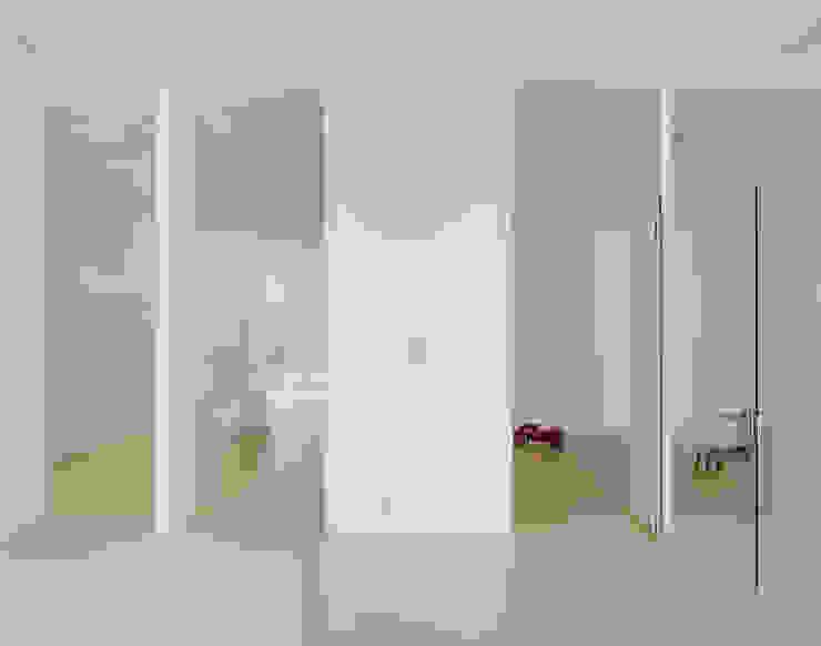 4 Minimalist corridor, hallway & stairs by JAN RÖSLER ARCHITEKTEN Minimalist