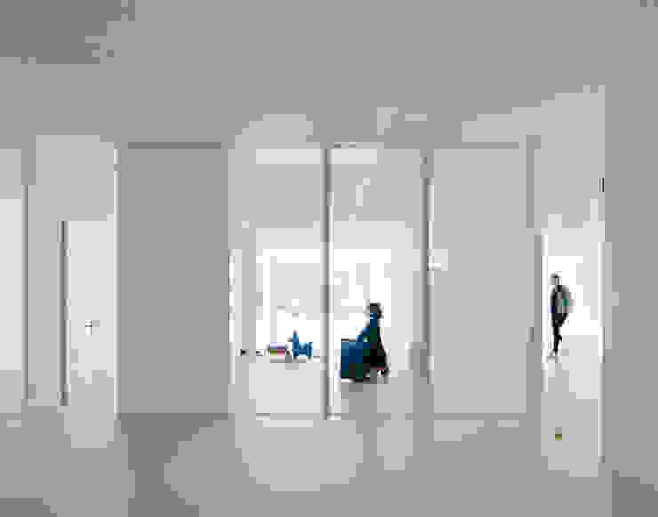 6 Minimalist corridor, hallway & stairs by JAN RÖSLER ARCHITEKTEN Minimalist