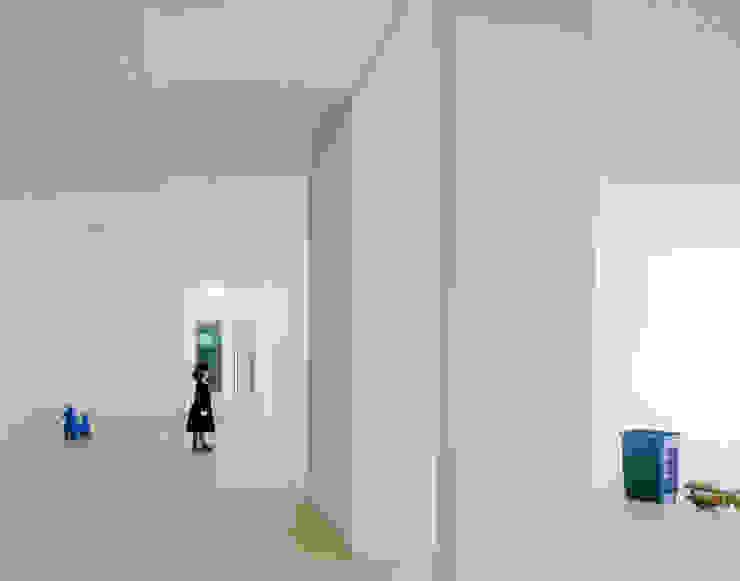 7 Minimalist corridor, hallway & stairs by JAN RÖSLER ARCHITEKTEN Minimalist